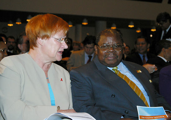 Tarja Halonen and her Tanzanian counterpart Benjamin Mkapa talk at a meeting of the Helsinki Process on Globalisation and Democracy. From 2002 to 2008 the Process gathered stakeholders from all over the world to identify ways to improve global governance.