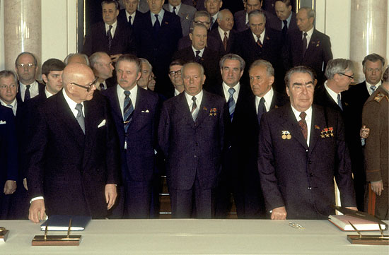Soviet leader Leonid Brezhnev (right) and Finnish President Urho Kekkonen sign a programme for trade and the economy at the Kremlin on May 18, 1977.